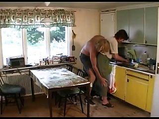 लाउंज तो रसोई घर में दादी Fucks