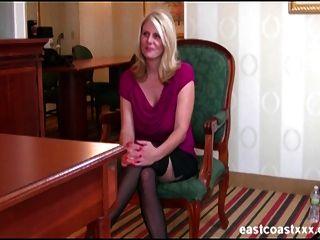 बड़े स्तन के साथ सुनहरे बालों वाली एमआईएलए नौकरी के लिए इंटरव्यू में एक creampie हो जाता है