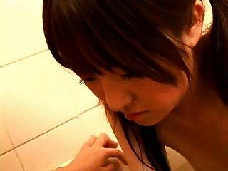 स्नान में जापानी गर्भवती माँ