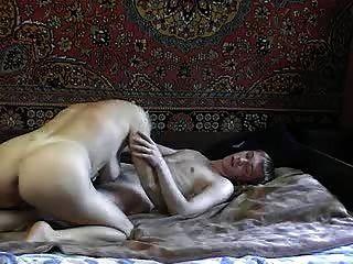 युवा लड़के के साथ गर्म रूसी चाची