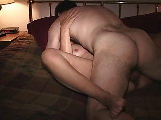 बेडरूम में एक दोस्त के साथ पत्नी