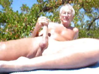 बूढ़े लोगों को समुद्र तट पर कमिंग
