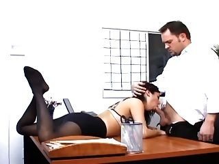 सेक्सी होजरी में एक busty सचिव के साथ कार्यालय सेक्स