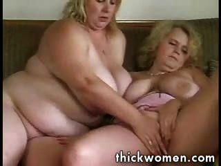 दो समलैंगिक वसा लड़कियों