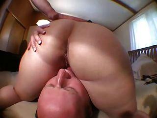 पाल उसके fucks के बाद बिना बाल पति licks बिल्ली पत्नी!