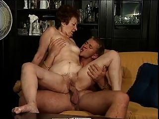 जर्मन दादी और उसके युवा प्रेमी