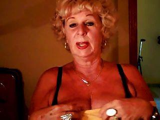 दादी एंड्रिया उसे रसदार स्तन से पता चलता