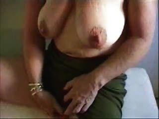 गर्म दादी उसके बड़े भगशेफ stroking