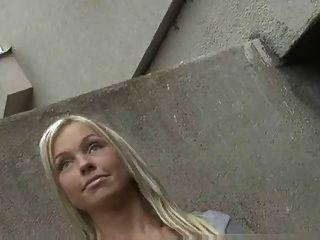 दिव्य लड़की सड़क में एक अजनबी झटके