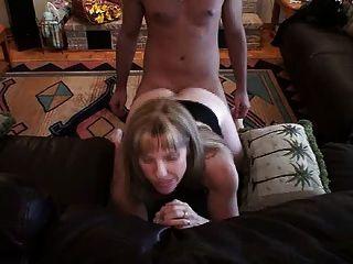 hotwife कैरल उसे पिछवाड़े में एक युवा डिक लेता है