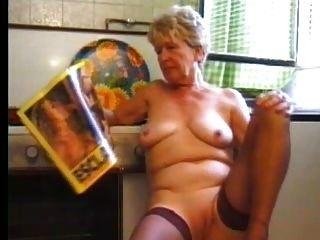 मोजा में दादी रसोई में खेलता है