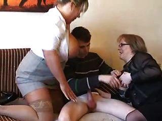 2 सेक्सी milf के साथ एक भाग्यशाली गुंडा