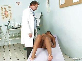 सफेद पुराने चिकित्सक द्वारा काला मोटा मैनुएला gyno परीक्षा
