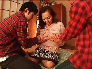 पुराने एशियाई और 2 लड़कों
