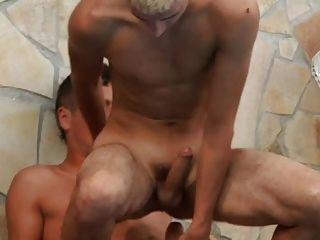 लड़का नंगे सवारी और सह लेता है