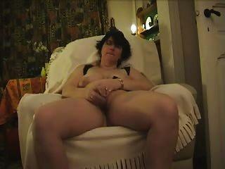 परिपक्व मोनिका गिलास dildo और cums के साथ masturbates