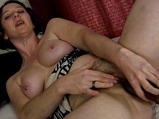 बालों वाली गर्म महिला और उसे dildo (हस्तमैथुन) बिगाड़ने