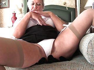 खुद के साथ खेल सेक्सी ब्रिटिश महिला