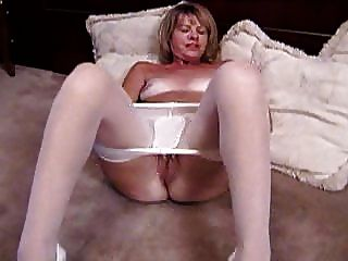 सफेद pantyhose में गोरा परिपक्व masturbates