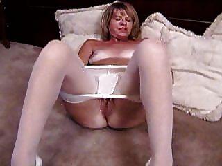 सफेद pantyhose में गोरा परिपक्व masturbates