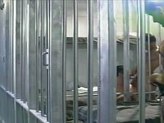 जेल में बंद पुरुष एक जेल सेल में अपने कैदियों के दो द्वारा गड़बड़ हो जाता है।