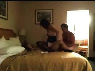 पत्नी और पति होटल में सेक्स का आनंद ले