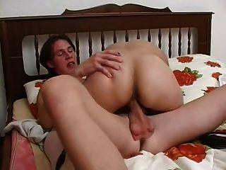 युवा लड़के बड़े महिला के साथ यौन संबंध है