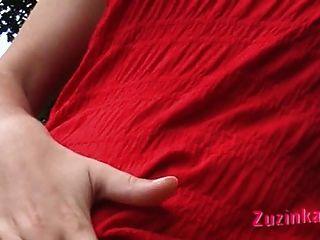 लाल एक सार्वजनिक पार्क में लड़की के कपड़े पहने।