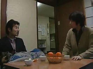 उसके पिता के साथ जापानी लड़की