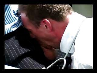 पुराने परिपक्व बालों वाले डॉक्टर सूट गधा उंगलियों नंगे बकवास टाई