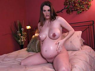 गर्भवती बड़े स्तन और तेल जॉय