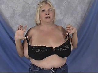 विशाल स्तन के साथ बीबीडब्ल्यू दादी - प्रस्तुत