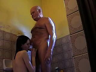 बहुत पुराने दादाजी Mireck और युवा लड़की