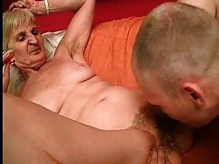 नानी एक बेहतर चूसना के लिए उसके दांत बाहर ले जाता है