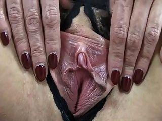 Saggy स्तन उसे बहुत विशाल निपल्स दिखाने के साथ परिपक्व