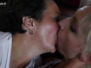 पुराने और युवा समलैंगिक समूह सेक्स