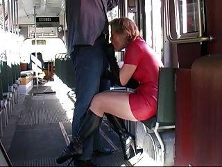 लाल लेटेक्स स्कर्ट बैले जूते चल रही है