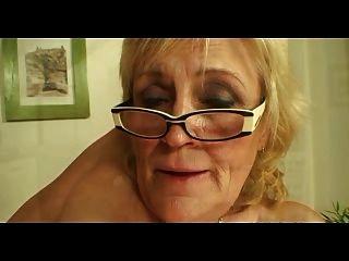 चश्मा और मोज़ा में saggy titted दादी और अधिक fucks