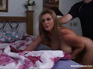 सुनहरे बालों वाली लड़की एक सह-3 के साथ उसके स्तन खेलना