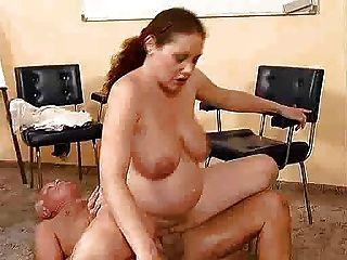 पुरानी आदमी एक गर्भवती महिला fucks
