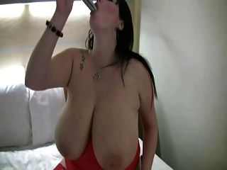 बड़े स्तन हस्तमैथुन के साथ बीबीडब्ल्यू