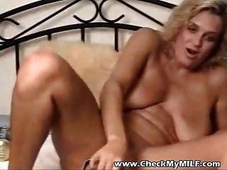 विशाल dildo उसे खोना बुरा योनी खींच के साथ गंदा एमआईएलए