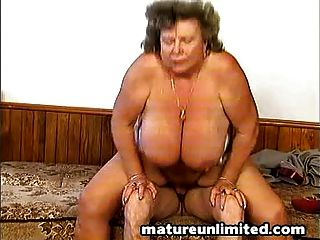 बालों वाले बड़े पैमाने पर नग्न माँ