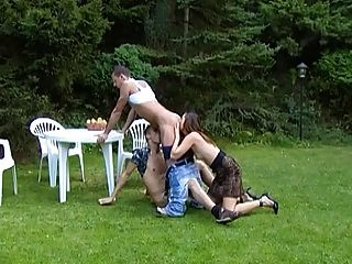 एक tranny के साथ पार्क में लेस्बियन उभयलिंगी त्रिगुट