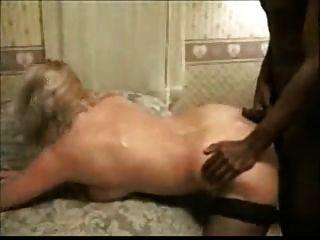पेशी काले आदमी के साथ उसकी पत्नी फिल्माने