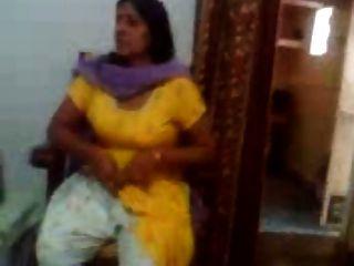 एक भारतीय चाची की भारतीय सेक्स वीडियो उसके बड़े स्तन दिखा