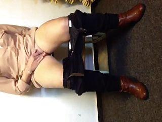 जर्मन लड़की एक बेंच पर क्रूर squirts