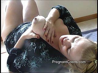 स्तनपान कराने वाली माँ उसके बड़े स्तन से दूध छिड़काव