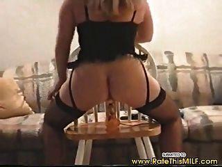 सेक्सी अधोवस्त्र में शौकिया milf dildo पर ऊपर और नीचे जा रहा है