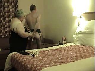 कार्रवाई में दादी domme